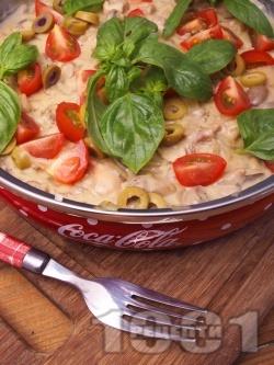 Задушени пилешки бутчета без кожа и кост с течна сметана, гъби печурки и зелени маслини на тиган - снимка на рецептата